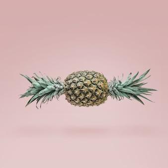 Snoep gemaakt van rijpe ananas op roze muur. minimaal snoepconcept.
