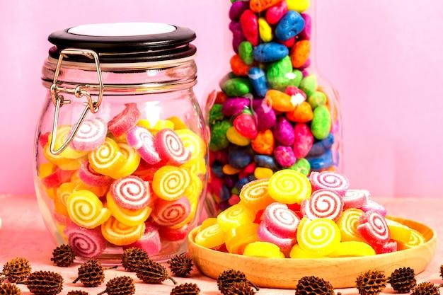 Snoep in pot op tafel op roze tafel