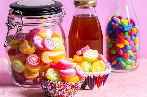 Snoep met honing in pot op tafel op roze tafel