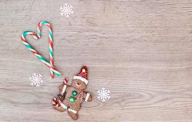 Snoep stokken geplaatst in de vorm van hart in de buurt van cookie sneeuwpop