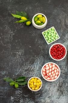 Snoepjes de smakelijke groen wit gele snoepjes limoenen zaden van granaatappel