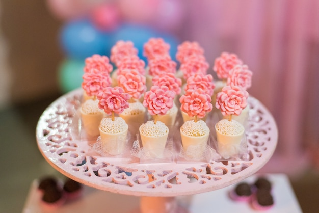 Snoepjes en decoratie op tafel - thema tuinthema