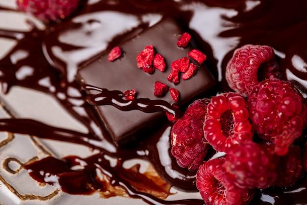 Snoepjes en frambozen in warme chocolademelk.