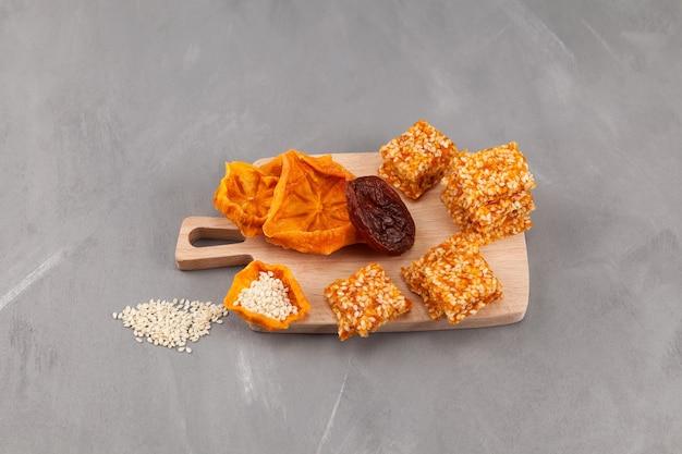 Snoepjes gemaakt van gedroogd fruit gedroogde dadelpruimen abrikozen of pruimen met noten of sesamzaad