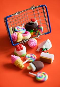 Snoepjes in een winkelmandje