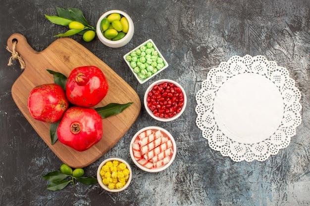 Snoepjes kanten kleedje limoenen granaatappel zaden snoepjes granaatappels op het bord