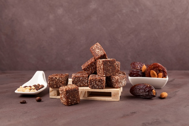 Snoepjes met gedroogd fruit (gedroogde dadels, pruimen of abrikozen) met honing en noten. gezonde snoepjes.