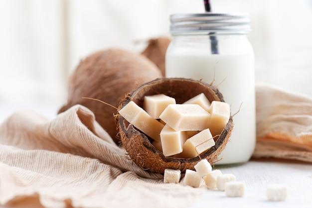Snoepjes met kokosvulling zonder suiker, zoetwaren en gezond voedselconcept - close-up op de lijst.