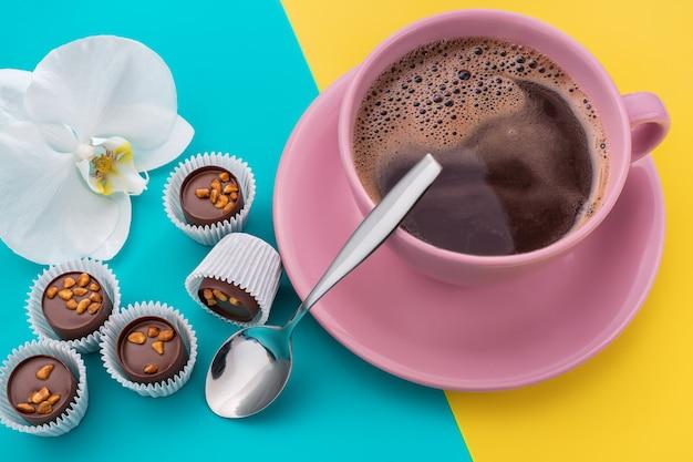 Snoepjes met noten en koffie.
