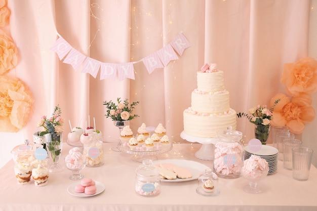Snoepreep. tafel met verschillende snoepjes voor feest