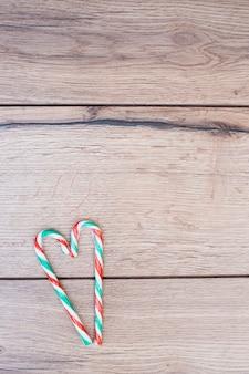 Snoepstokken geplaatst in de vorm van een hart