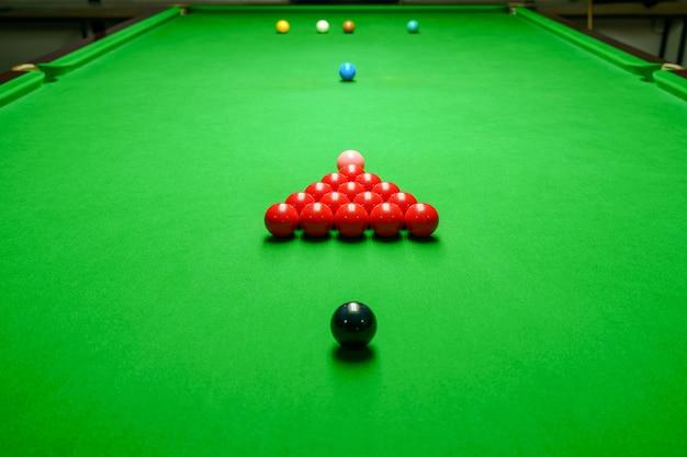 Snookerballen op groene snookerlijst