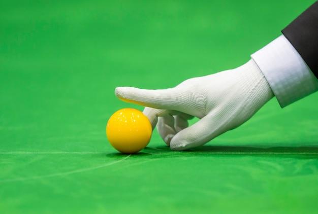 Snookerscheidsrechter stelt bal op voor nieuw spel