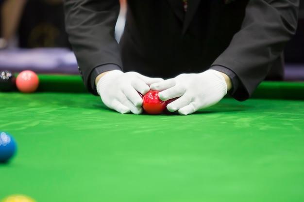 Snookerscheidsrechter zet bal op voor nieuw spel