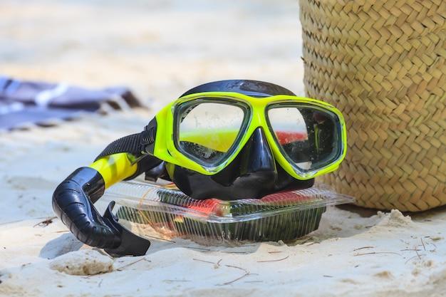 Snorkel en duikmasker op het strand