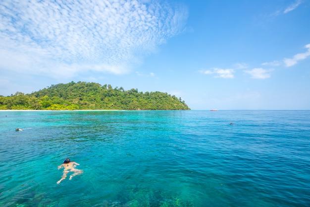 Snorkelen en snorkelen op het strand