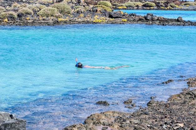 Snorkelende vrouw onderwater dragen snorkel en masker met plezier