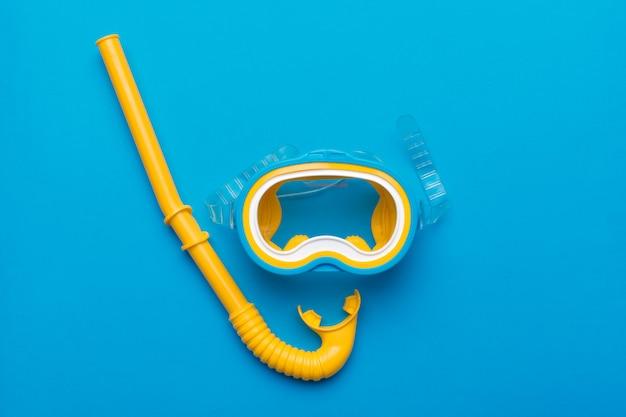 Snorkelmaskerapparatuur op een levendige achtergrond