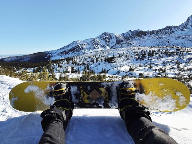 Snowboarden, oogpunt shot van een snowboarder in de sneeuw