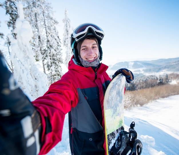 Snowboarder die een selfie in de bergen neemt
