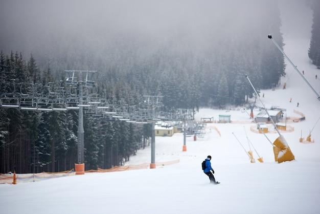 Snowboarder haasten zich op de skipiste in het skiresort