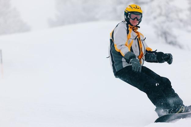 Snowboarder in de alpen