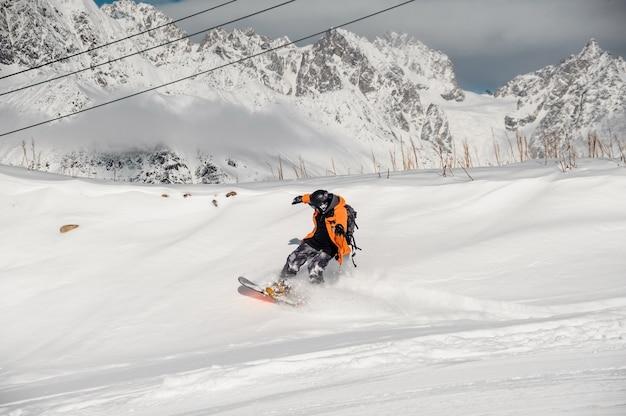 Snowboarder in kleurrijke sportkleding rijden op de sneeuwheuvel