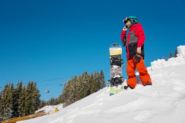 Snowboarder op de top van de berg