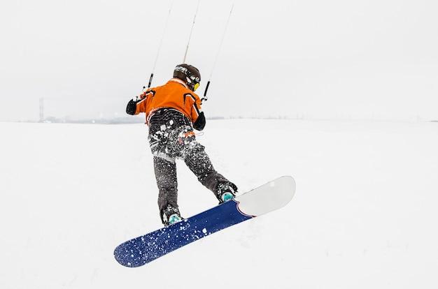 Snowboarder op een skateboard. stuiteren