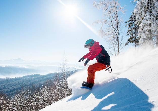 Snowboarder rijden in de bergen