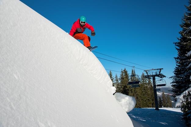 Snowboarder rijden op gevaarlijke helling