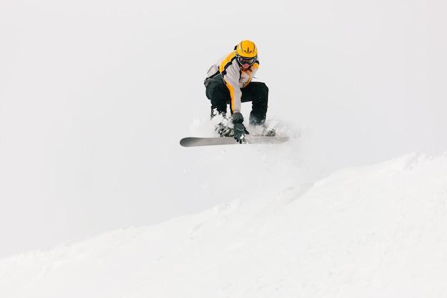 Snowboarder springen