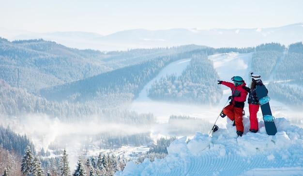 Snowboarders bovenop de berg
