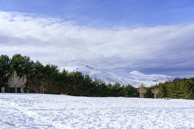 Snowscape op de berg van madrid met zon, blauwe lucht en hoge berg. morcuera.