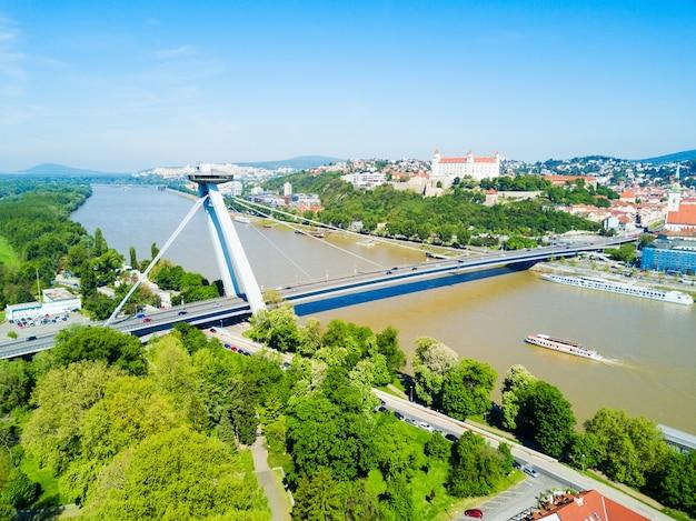 Snp nieuwe brug door luchtfoto panoramisch uitzicht op de rivier danude in bratislava. bratislava is een hoofdstad van slowakije.