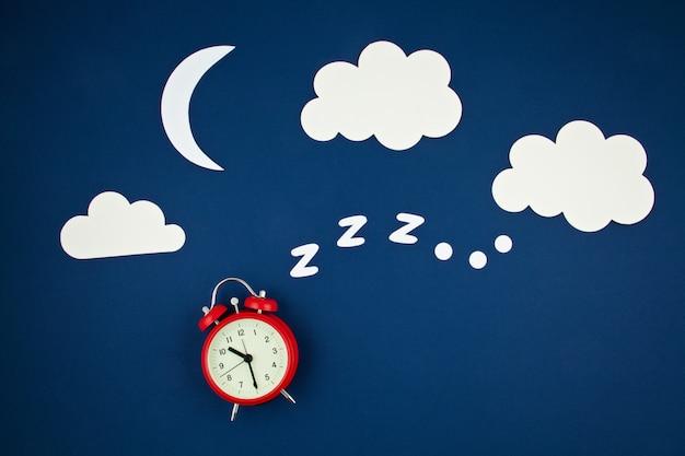Snurken klassieke wekker en wolken