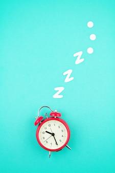 Snurken klassieke wekker op pastel blauwe achtergrond