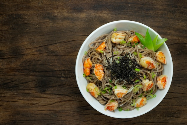 Soba-noedels met garnalen en shoyu-sojasaus