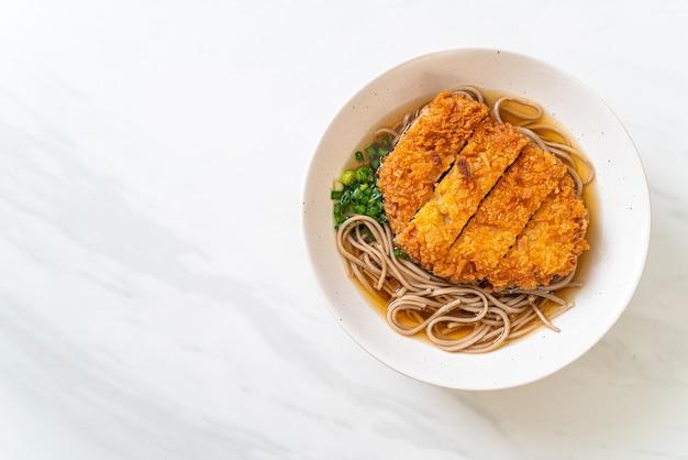 Soba ramen noodle met japanse gebakken varkenskotelet (tonkatsu) - asian food style