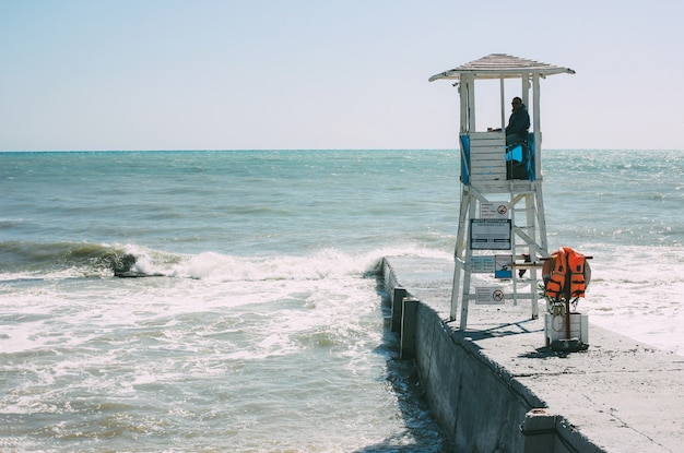 Sochi, rusland - 05 augustus 2019. witte kraamtoren met badmeester aan de kust van de zwarte zee, leeg strand