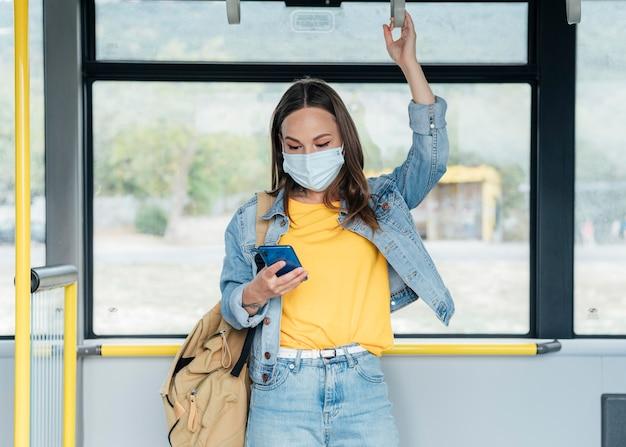 Sociaal afstandsconcept in het openbaar vervoer