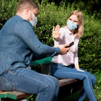 Sociaal afstandsconcept in het park