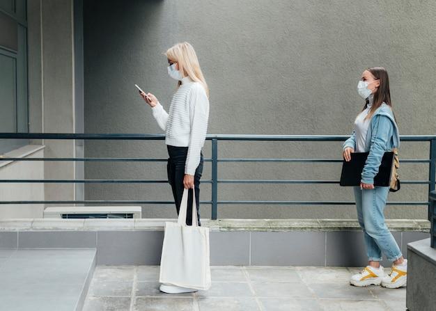 Sociaal afstandsconcept in openbare ruimtes