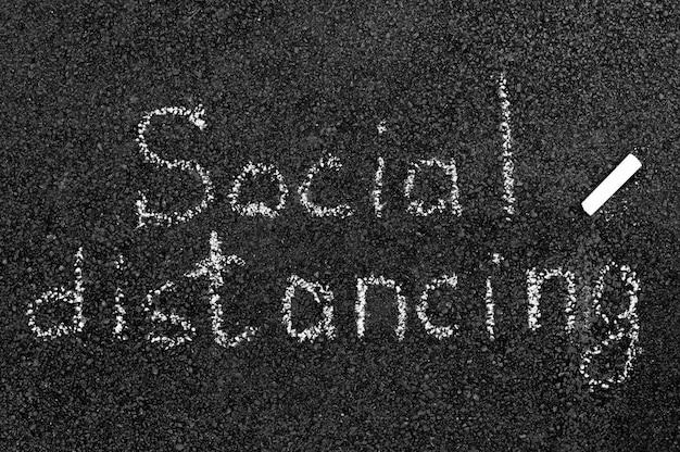 Sociaal afstandsconcept met krijt