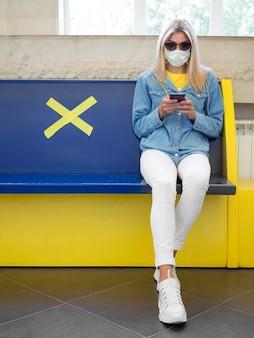 Sociaal afstandsconcept met medisch masker