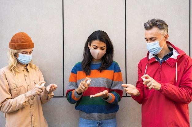 Sociaal afstandsconcept met ontsmettingsmiddel