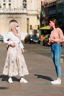Sociaal afstandsconcept met vrouwen