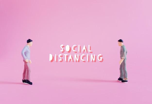 Sociaal afstandsconcept, miniatuurmensen status houden afstand in het openbaar