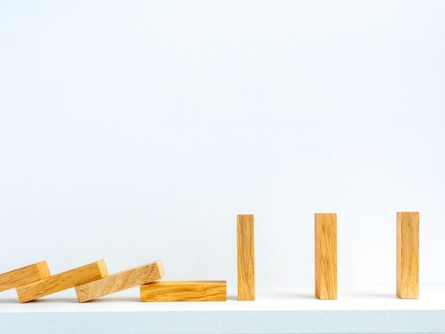 Sociaal afstandsconcept. rij van houten dominostenen met afstandsruimte.