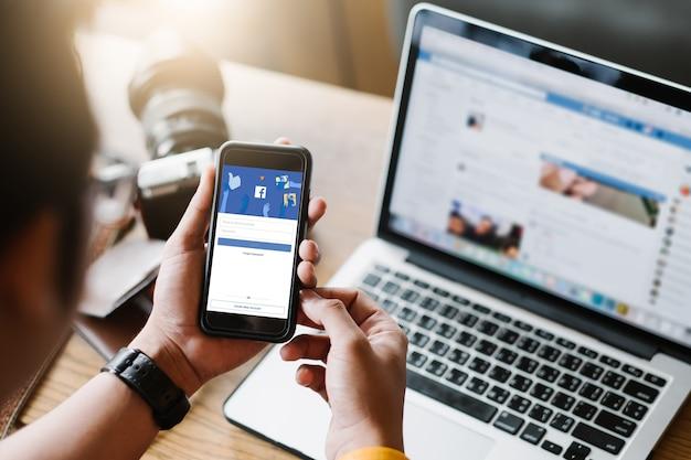 Social media app logopagina op het scherm van de mobiele app